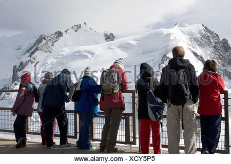 Italie - France, Mont blanc, Aiguille du Midi, les touristes sur la terrasse du sommet Banque D'Images