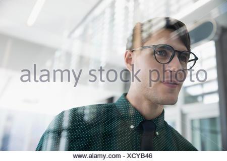 Confiant, pensive brunette woman lunettes looking away Banque D'Images