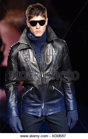 ... Vêtements pour homme Versace Milan UN W Brunette portant un mâle ombre  effet veste en cuir 4d121d2f744
