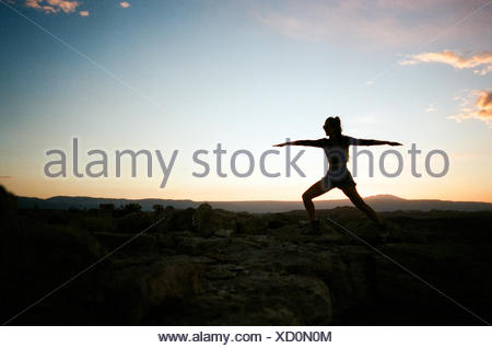 Silhouette of woman in yoga pose Banque D'Images