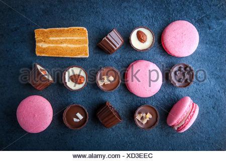 Composition de chocolats et de macarons roses Banque D'Images