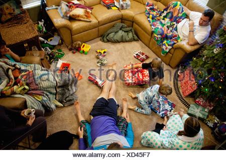 Les jeunes frères de l'ouverture des cadeaux le jour de Noël Banque D'Images