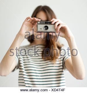Portrait de jeune femme avec caméra à l'ancienne Banque D'Images
