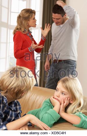 Les parents having argument à la maison en face d'enfants Banque D'Images
