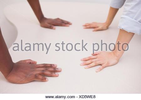 Des collègues d'affaires occasionnels avec les mains de 24 Banque D'Images