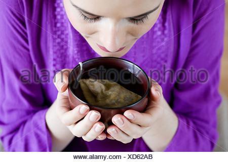 Les femmes de boire une tisane Banque D'Images