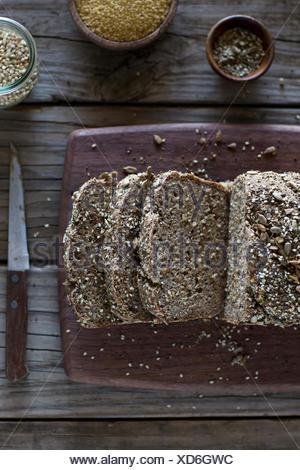 Millet et sarrasin fraîchement cuit en tranches de pain sur une planche à découper. Banque D'Images
