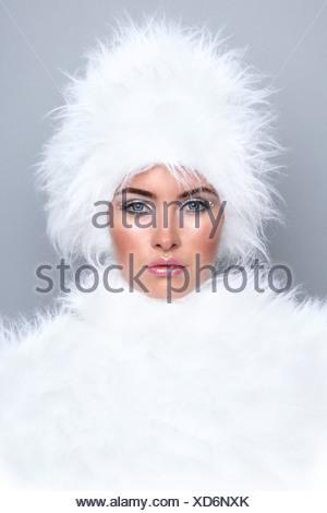 Femme portant de la fourrure blanche Banque D'Images