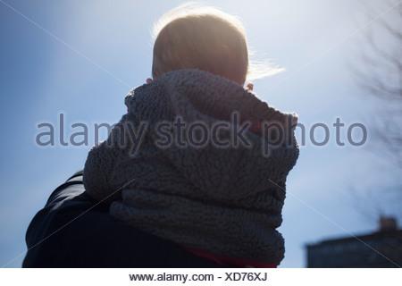 Vue arrière de l'épaule, … mère fille Banque D'Images