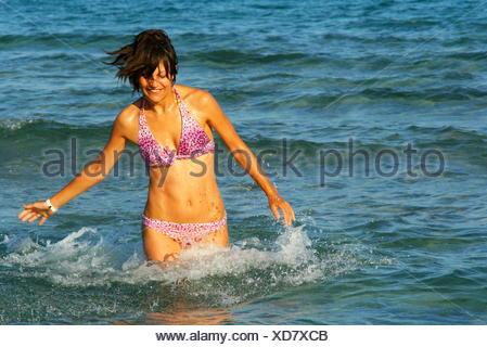 Woman in bikini s'exécutant dans la mer, Otranto, Lecce, Pouilles, Italie Banque D'Images