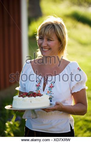 Une femme et un gâteau aux fraises, Fejan, archipel de Stockholm, Suède.