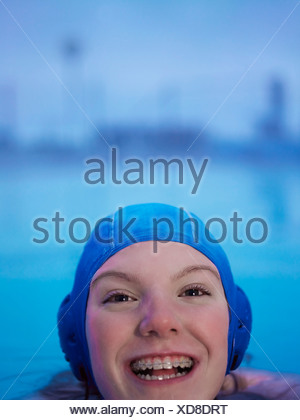 Femme en accolades natation Banque D'Images