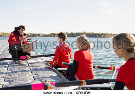Parler à l'entraîneur de l'équipe d'aviron de godille Banque D'Images
