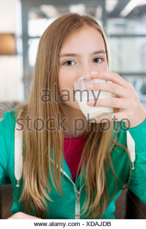 Portrait d'une fille boire du lait Banque D'Images