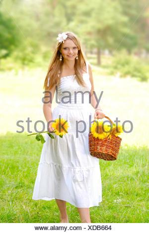 Belle jeune femme en robe blanche Banque D'Images
