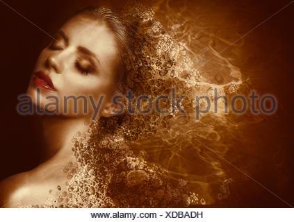 Éclaboussures d'or. Femme futuriste peint avec des boutons de la peau. Fantasy Banque D'Images
