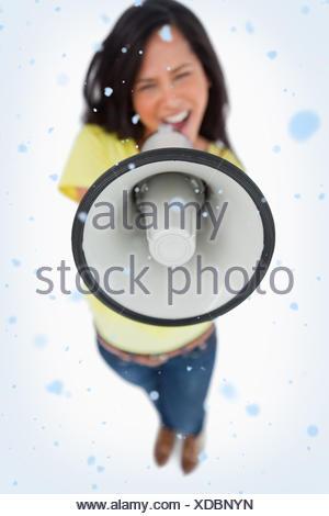 Close up d'un mégaphone et tenue par une jeune femme