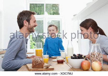 Germany, Bavaria, Munich, prendre le petit déjeuner ensemble heureusement Banque D'Images
