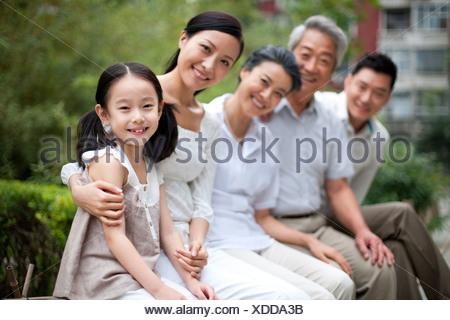 Famille chinoise avec les grands-parents dans un parc Banque D'Images