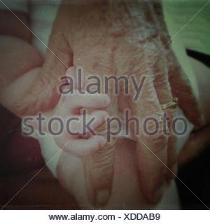 Grand-mère et une fille de bébé tenant les mains Banque D'Images