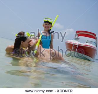 Famille avec le matériel de plongée dans l'eau, Florida, United States Banque D'Images