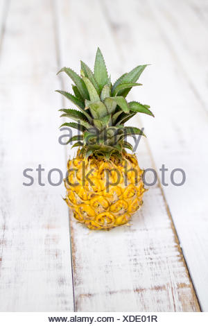 Close-up of a l'ananas sur une table en bois Banque D'Images