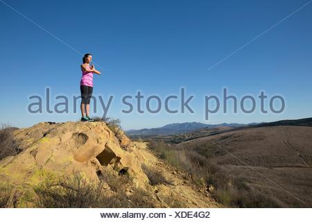 Woman practicing yoga on haut de colline, Thousand Oaks, Californie, USA Banque D'Images