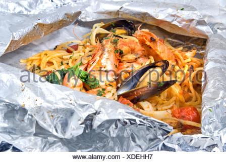 Pâtes aux tomates et les huîtres en feuilles Banque D'Images