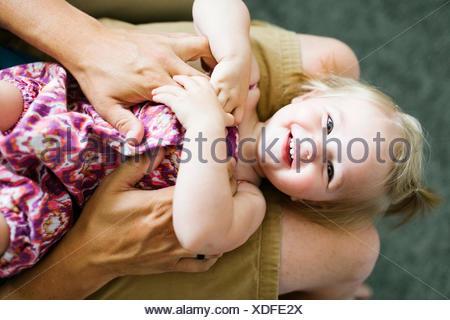 Père jouant avec baby girl (4-5) Banque D'Images