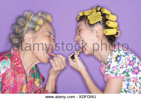 Les Grand Mise D Avec Le Mère Rouge Sur Lèvres Banque Bigoudis À dxoerCB