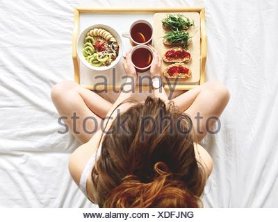 Directement au-dessus de Shot of Woman Having Breakfast On Bed Banque D'Images