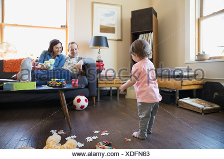 Parents bébé fille jouer avec ballon de soccer Banque D'Images
