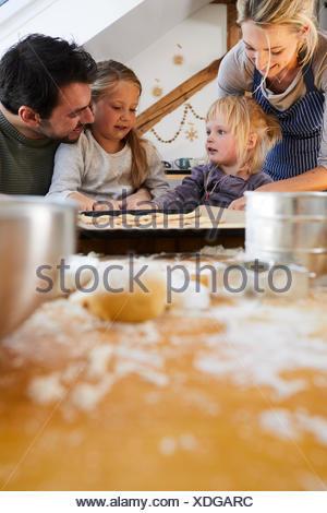 Family baking christmas cookies, ensemble, détail, flou, Banque D'Images