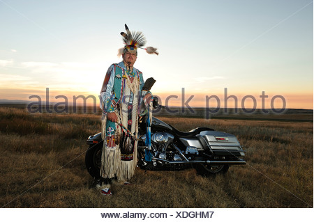Sioux, Badlands, Stephen Yellowhawk, vélo, guerriers, Badlands, plumes, insignes, American Native, Lakota, Dakota du Sud, USA, Uni Banque D'Images