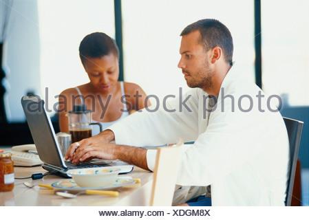 Couple à la table du petit déjeuner Banque D'Images