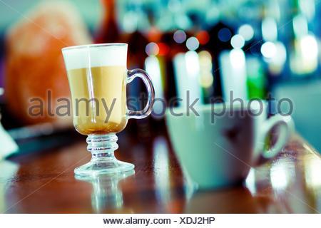 Tasse à café irlandais et sur la barre. Banque D'Images