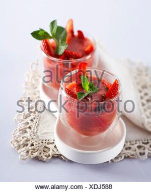 Soupe de fraises avec du pamplemousse et de menthe fraîche Banque D'Images