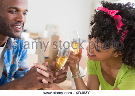 Couple toasting with champagne Banque D'Images