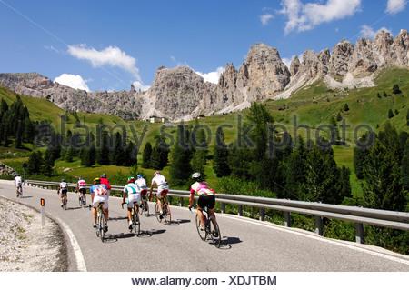 Coureurs sur Passo Gardena col de montagne, Sella Ronda Bikeday, Val Gardena, l'Alto Adige, Dolomites, Italie, Europe Banque D'Images