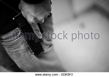 Portrait de Man Holding Gun Banque D'Images