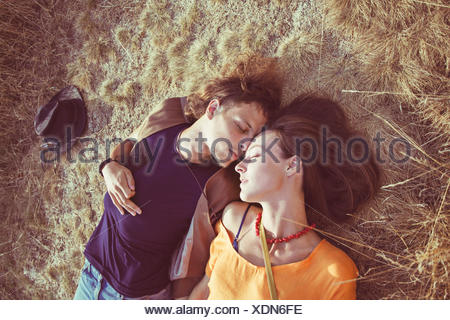Couchage Couple lying on grass Banque D'Images