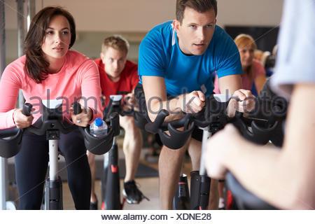 Spinning sur des vélos d'exercice dans une salle de sport, Close up Banque D'Images
