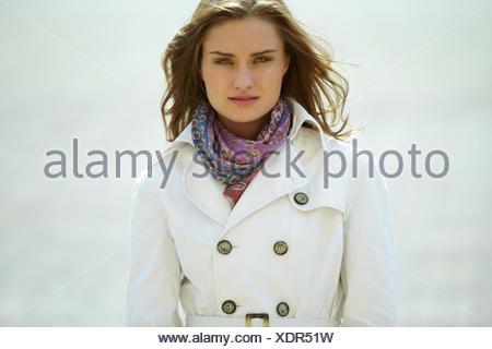 dc54156eb29 Jeune femme avec un élégant foulard et de l imperméable dans le ...