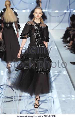 ... Fendi Milan Prêt à porter printemps été femme blonde cheveux modèle  raclés retour portant une robe b3f900ad454