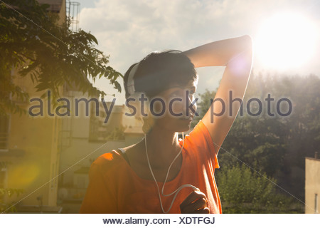 Woman wearing headphones Banque D'Images
