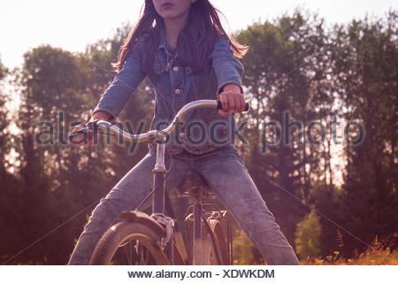 Portrait de jeune fille rurale en roue libre sur location Banque D'Images
