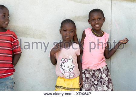 La Namibie, l'Afrique, Kunene Kaokoland, enfants de l'école devant un mur Banque D'Images