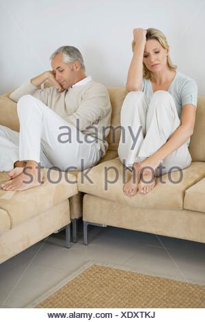 Young couple having argument canapé Banque D'Images