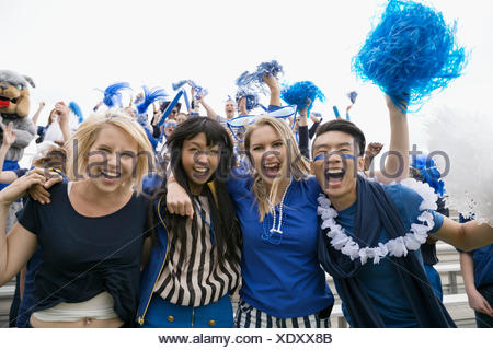 Portrait des fans enthousiastes acclamations en bleu dans les gradins Banque D'Images