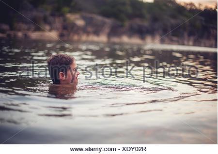Garçon nager dans le lac, au Texas, l'Amérique, USA Banque D'Images